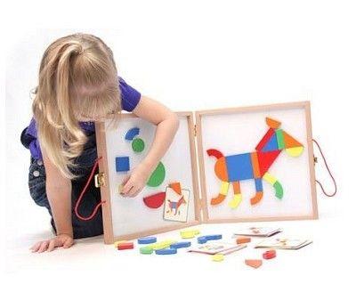 Magnetkoffert med ulike magnetformer og oppgavekort. Trekk et kort og lag det bildet viser med magnetene i kofferten. Utrolig gøy for barna å finne riktige form, farge og plassering, og kunne skape noe på en magnettavle. Dette øver konsentrasjon, presisjon og form- og fargeforståelsen. Også er det...