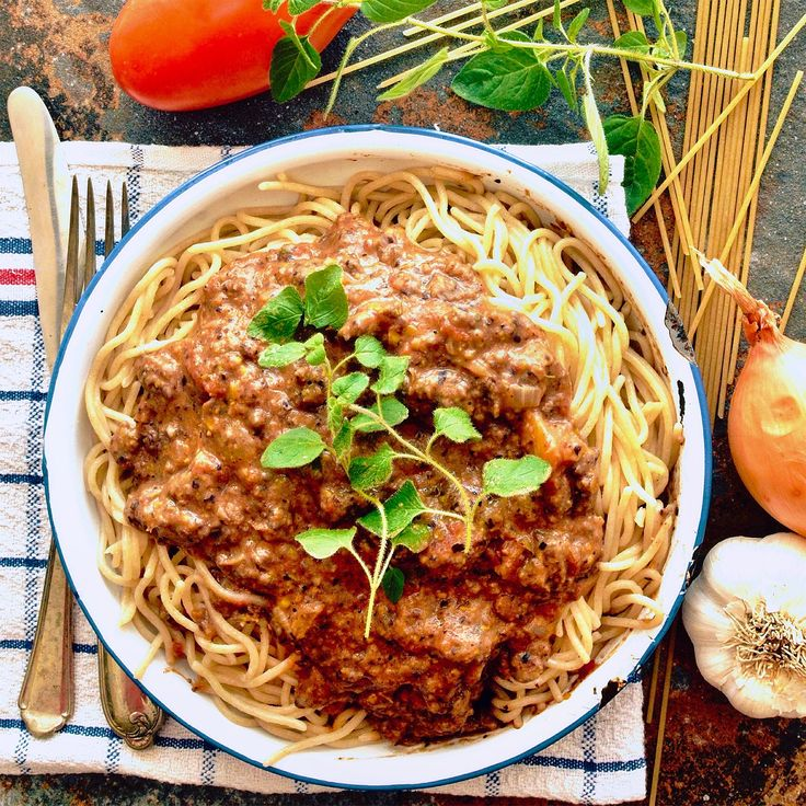 Spaghetti med bönfärssås! Receptet hittar du i meny 14. Vi önskar dig en fin helg! 😊