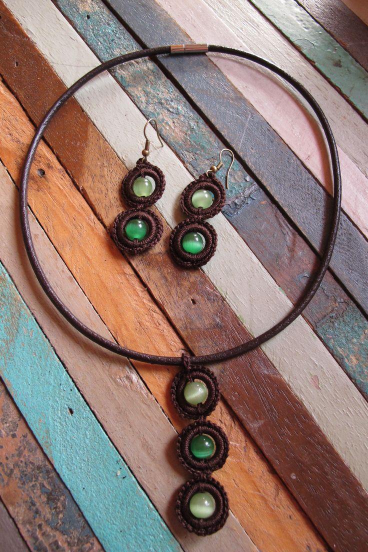 PRECIO: 18€. Conjunto de gargantilla y pendientes de ganchillo con piedra ojo de gato (blanco, verde, azul, naranja o amarilla). Largo: 5,5 cm y 4 cm respectivamente. Cordón de cuero. Hechos a mano