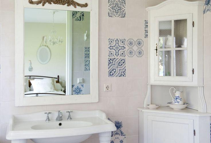 Via de spiegel in de badkamer, een kijkje in de aansluitende slaapkamer.
