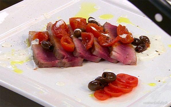 Tagliata di tonno, pomodorini e taggiasche su crema di formaggio acido al pepe di Simone