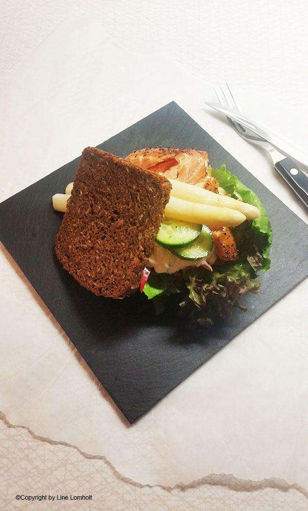 Rugbrødssandwich med varmrøget laks og tzatziki1