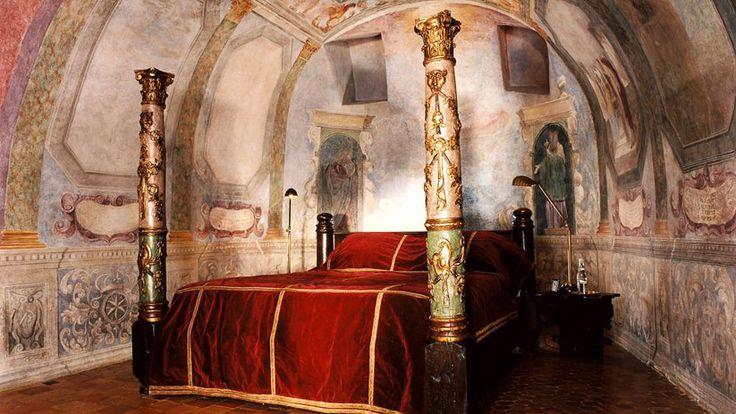 Château de Bagnols : Au cœur du Beaujolais, au milieu des vignes et des forêts, ce château fort du XIIIème siècle est une merveille d'architecture tout en fresques, moulures anciennes, tapisseries médiévales et cryptes souterraines.