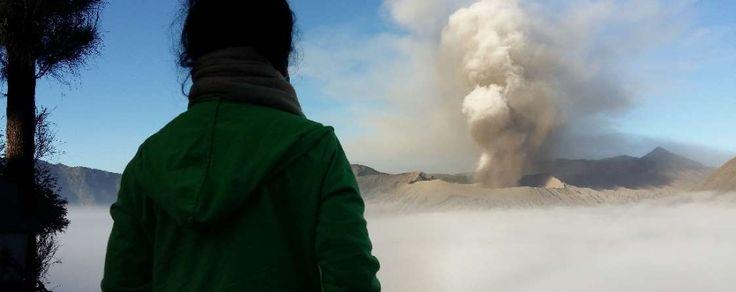 Ein Logenplatz hat diese Frau beim Blick auf den Vulkan Probolinggo auf der indonesischen Insel Java. Zuzeit zeigt er rege Aktivität.