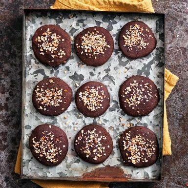 Med cookies bakade på bönor och hasselnötter behövs varken mjöl, smör eller ägg. Det kan ta lite tid att mixa nötterna till »nötsmör« men det är det värt. Få små kakmonster kan ana den hemliga ingrediensen i dessa chokladiga underverk!