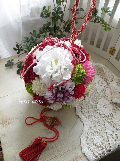 和装のボールブーケ 赤白紫