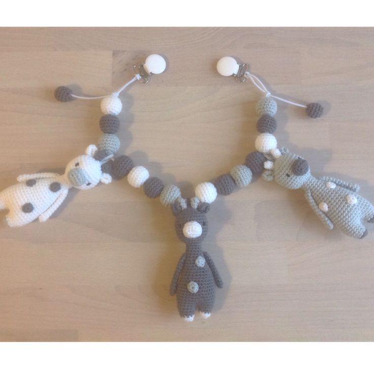 Hæklet  Barnevognskæde med små giraffer. Opskrift til giraf er fra Littlebearcrochets