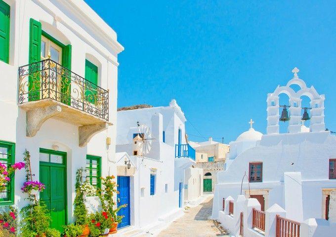ギリシャの首都アテネの南東、多島海と呼ばれるほど多くの島々が存在するエーゲ海に浮かんでいるミコノス島。青空と海に包まれるような白壁の家々と、丘の上に立ち並ぶ可愛い風車がなんといっても魅力的!(・ω・)☆それだけではなく、ミコノス島には一日中遊びつくせる魅力がたくさんなのです!!                                                                                                                                                                                 もっと見る