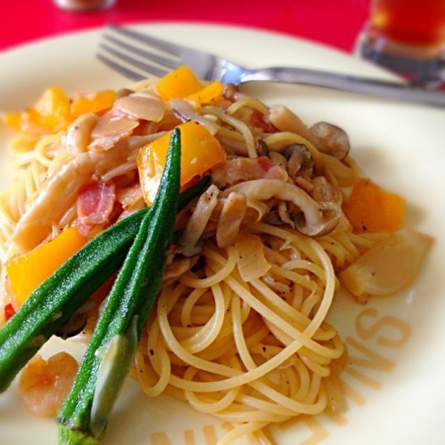 お休みの日のお昼ご飯は、パパッと作れるパスタに☆ これ一品の簡単ご飯なので、野菜もしっかり取れるように具だくさんにしました♪ バターの香りが食欲を掻き立てます★ - 23件のもぐもぐ - ☆具だくさん!和風きのこスパ☆ by napico725