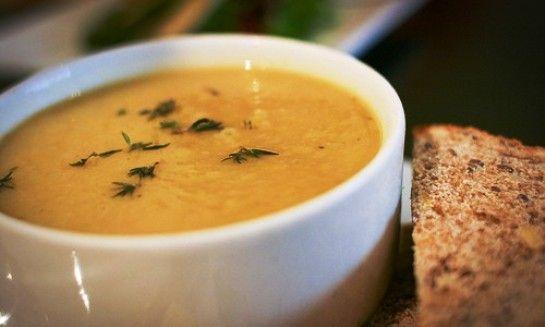 La Zuppa piccante di patate dolci viene realizzata cucinando le patate sbucciate e tagliate a pezzi nel brodo vegetale, quindi riducendo il tutto in ...