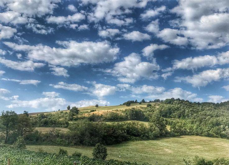Oltrepo Pavese le colline del Pinot nero dove ogni cielo è magia. #weloveoltrepo #oltrepo #oltrepopavese #cacciatoridicieli #cielo #pinotnero #pinotnoir #panoramic #panorami #igdaily #ig_pavia #igers