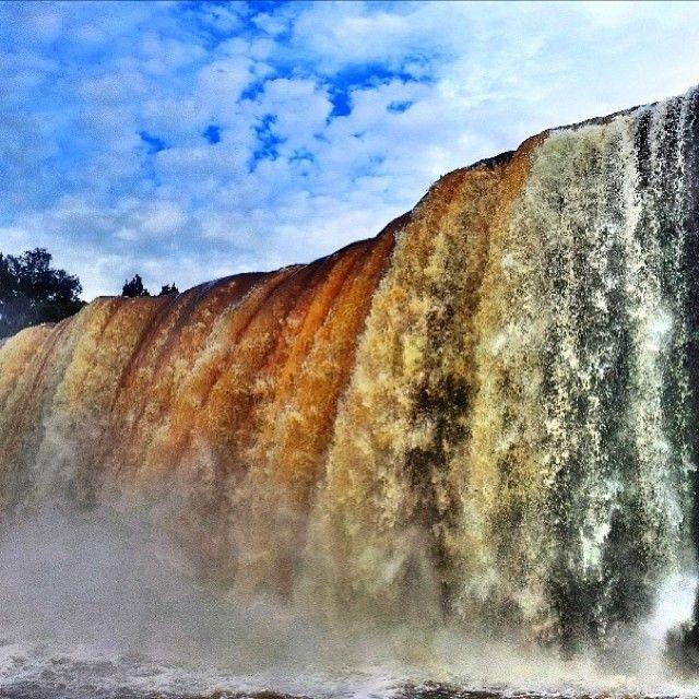 A Cachoeira de São Romão está localizada a 70 Km de Carolina (MA). O acesso se faz por uma boa parte em estrada de chão, sendo necessário um veículo de tração 4x4. O local conta com serviço de bar, restaurante e chalés. Perfeito para o lazer da família toda! Foto: @Jodrian Freitas