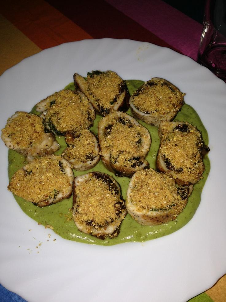 Pintxo ganador 2012: Rollitos de pollo relleno de espinacas pasas y almendras rebozado con miel y kikos sobre una crema de guisantes con hierbabuena!!!