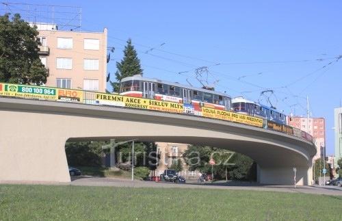 Unikatni most pro tramvaje do oblouku. Jediny v Evrope. Pred hlavni branou BVV.