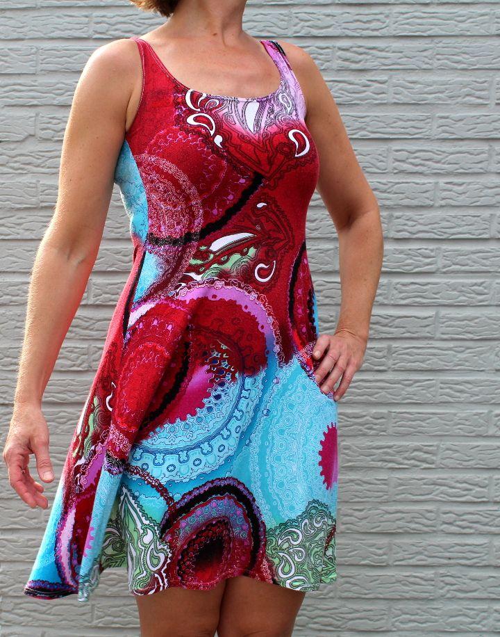 Het favoriete kleedje van mijn mama. Los, maar toch flatterend. Het lichte tricotstofje is ideaal voor in de zomer én kreukt niet!  ...