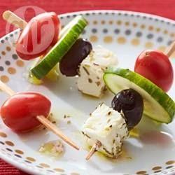 Hapklare prikkers met Griekse salade: komkommer, tomaat, olijf en feta. Lekker als hapje of leuk voorgerechtje.