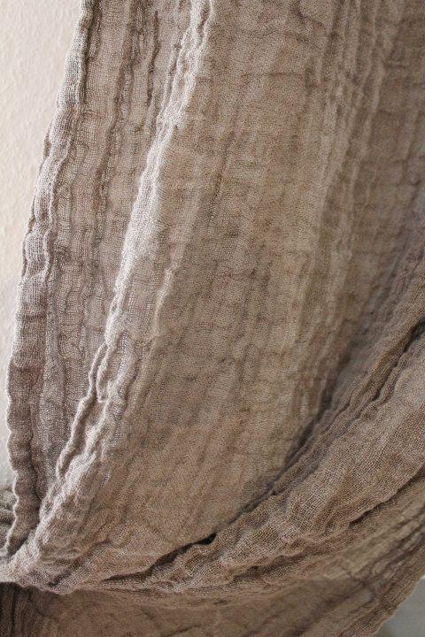 Ganz besonderes Dekor zerknittert Leinen Gardinen. Schöne natürliche Farbe, ideal für Esszimmer, Schlafzimmer, Quest-Raum oder Hochzeit/Party-Dekor!  GRÖßE:  Breite: apr.45.28 (115 cm) Länge: 114,17(290 cm)  Zusammensetzung: 100 % europäische höchste Qualität Reinleinen, geringes Gewicht, zerknittert. Pflege: Handwäsche oder sehr weiche Wäsche mit Maschine, Handwäsche Programm, Linie trocken.  Farbe: schöne natürliche Farbe, mehr braun * * Die Farben des Elements können aufgrund von unte...