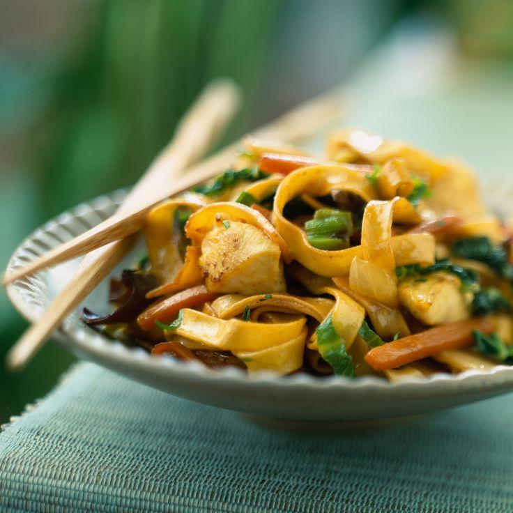 Découvrez la recette Nouilles chinoises sautées au poulet sur cuisineactuelle.fr.