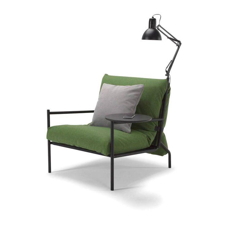 Verbreed uw leefruimte met de multifunctionele Noir Slaap stoel. De stoel bevat een afneembaar matras wat logee's een comfortabele nachtrust biedt. Daarnaast is de stoel met een telefoon oplaadbare opzet tafel en lamp ideaal voor de studeer kamer.