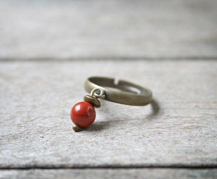 Bague en pierre fine inspiration minimaliste, perle de Jaspe rouge - Bijou pierre de gemmes / semi-précieuse - Idée cadeau : Bague par joaty