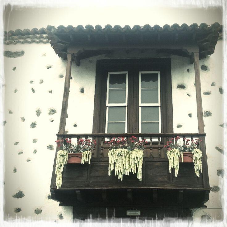 Típico balcón canario... Bonito, ¿verdad? // Typical canary balcony... Beautiful, right? #tenerife #canaryislands #islascanarias #tradición #cultura #culture