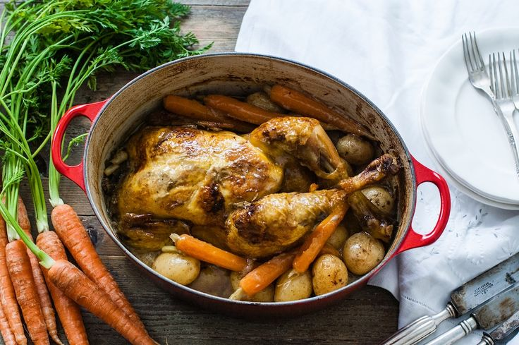 Pollo en cocotte con vino blanco   Este pollo en cocotte con vino blanco se va a convertir en un plato fijo en tus días de cocina. Es fácil, sano, ligero y