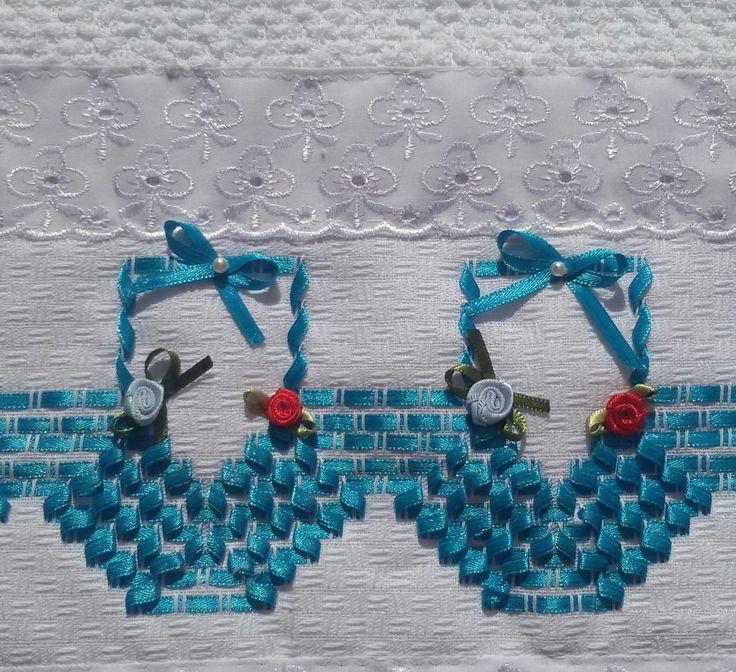 Pano de Copa Felpudo Jacquard Döhler,  Cor branca,  Barra de broderi com passa fita,  Bordado à mão com fita azul,  Detalhes de flores feito com fita.