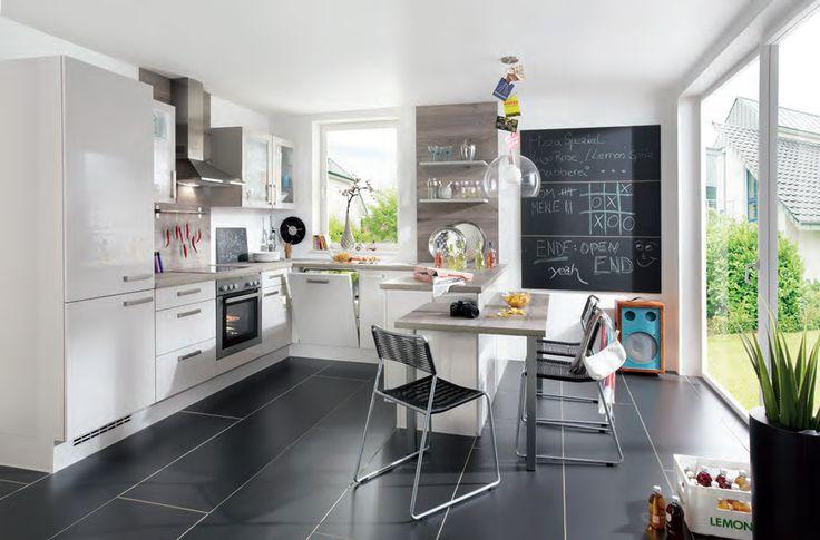 Witte hoogglans gelakte keuken in U-opstelling met prachtige vloer!