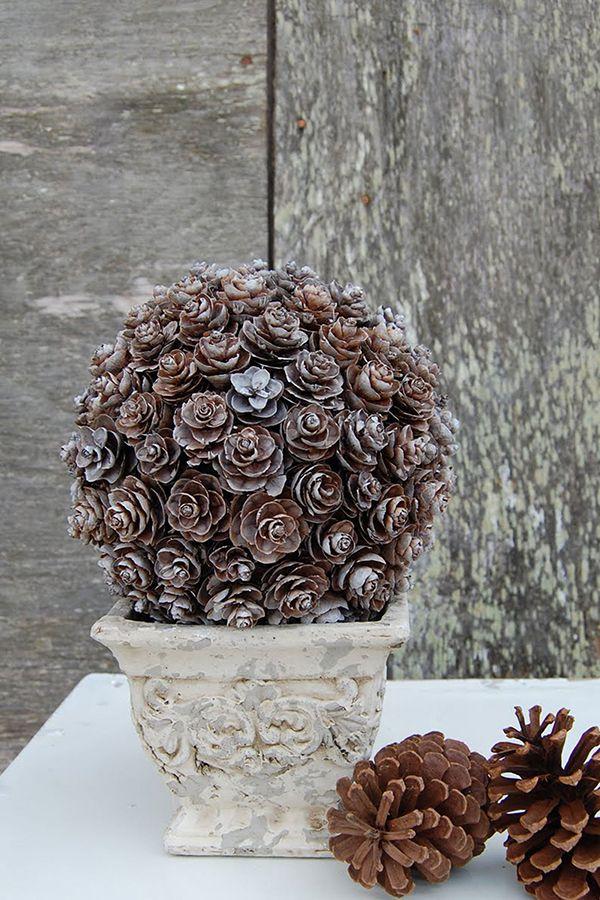 Bevestig dennenappels op een piepschuim bol en gebruik het mooie decoratiestuk om