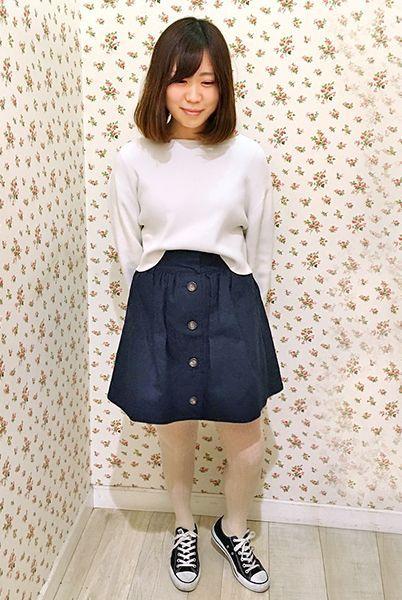 ネイビーのスカートに白のニットタイツを合わせたレトロコーデ。  『(M-L)毛混縄柄タックタイツ』¥1,900+税 color : サンド (その他スタッフ私物)  当店のお取り扱いアイテム: レッグウェア、インナー、ルームウェア