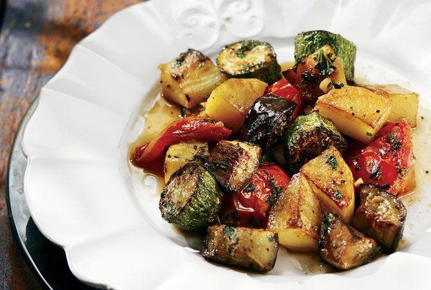 Εύκολο, γρήγορο και με όλη τη νοστιμιά των καλοκαιρινών λαχανικών και μυρωδικών φαγητό. Απολαύστε το στο καθημερινό οικογενειακό ή φιλικό τραπέζι. Μην το σερβίρετε καυτό.