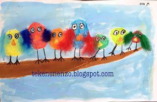Tekenen en zo: dieren Benodigdheden:  vloeibare waterverf wasco veertjes lijm kwasten wit tekenpapier   Teken met bruine wasco een tak die breed begint en smal toeloopt. Teken vogeltjes op de tak. Zorg dat ze grote witte ogen hebben. Kleur de vogeltjes in met felle kleurtjes wasco. Omlijn de ogen met zwart. Verf de tak en achtergrond met vloeibare waterverf. Laat drogen. Teken pootjes en plak veren aan de vogeltjes.