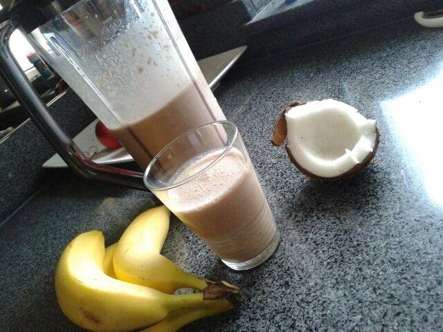 Kokos banaan smoothie    Ingrediënten voor4porties  2kopjesijsblokjes(gestampt) 1kopjekokosnoot(geraspt) 1kopjekokossap(vers) 1kopjekokosmelk (evt vervangen voor chocolademelk) 2bananen(rijpe) 4elcitroensap 1klvanille-extract