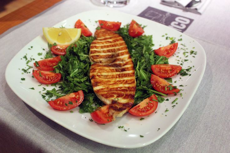 Ed oggi vi serviamo il nostro 'pesce spada alla griglia' con rughetta e pachino! Un filetto di #pesce gustoso, morbido e ricco di sapore. A voi ;-) www.pizzeriasanmarcoroma.com #ristorante #pizzeria #winebar #roma