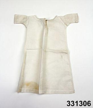 Doll's shift in cotton, Swedish, 1850-60's. Nordiska Museet, nr. NM.0331306