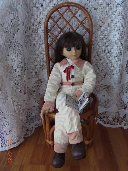 古いものですべて現状で宜しくお願い致します。長い脚なので椅子に座らせると映えます。この椅子は別の人形のものですが宜しければお付けいたします、その場合は120サイズをご選択ください。人形のみをお送りする場合は100サイズをご選択ください。