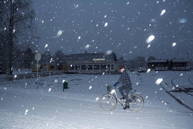 Kannonkosken kylätie on perjantai-iltana hiljainen. Petri Piispanen pyöräili suljetun ravintolan ohi ja kaipaili paikkakunnalle lisää naisia.