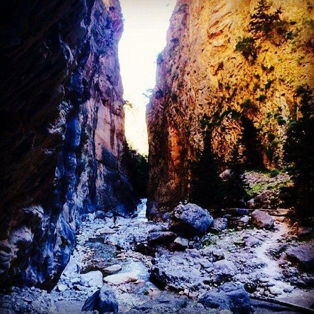 """Tag chancen og gå nedad Europas største og længste kløft - Samaria. Her vandrer vi 16 km fra en højde på 1200 meter og ned til havet. Tæt ved enden af kløften kommer i til mit favoritsted. Der møder i """"Jernporten"""", som er to klippevægge, der strækker sig mere end 100 meter op i luften og fra en bredde på 35 km går den her ned til en bredde på blot 3,5 m. Jeg kan sige, at man føler sig ret så lille når man står her. Læs mere her: www.apollorejser.dk/rejser/europa/graekenland/kreta"""