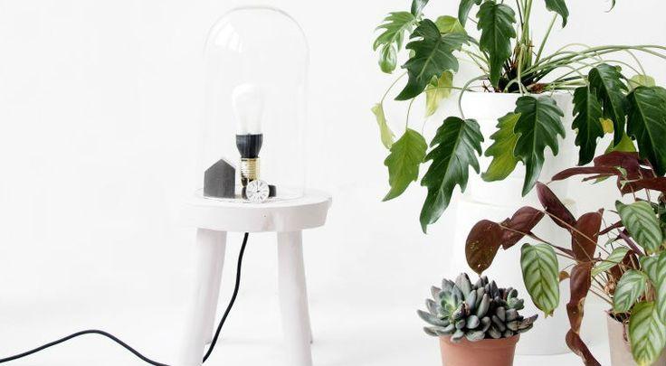 Hoe gaaf is deze DIY? Het is een lamp, kruk, stolp in één. We zien de kruklamp al helemaal naast ons bed als nachtkastje staan of in de kamer. Ach eigenlijk kan het overal een bijzonder effect in huis brengen!