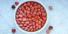 Deze aardbeien dadeltaart is weer een vegan pareltje van de hand van Sanne van Livingthegreenlife.nl. Lekker, gezond, zo simpel als wat en 100% vegan!
