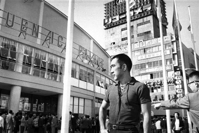 東京五輪のボクシング会場前に現れた三島由紀夫=1964年10月