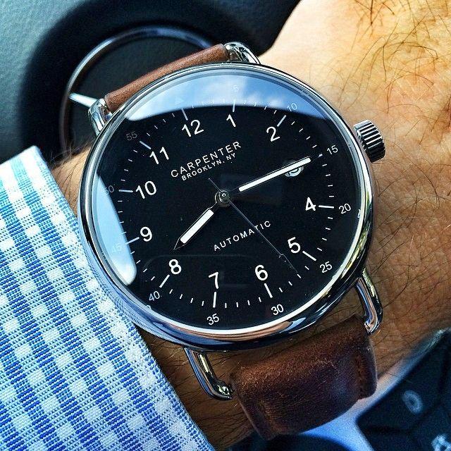 Très jolie cette montre Carpenter avec cadran noir et bracelet en cuir marron…