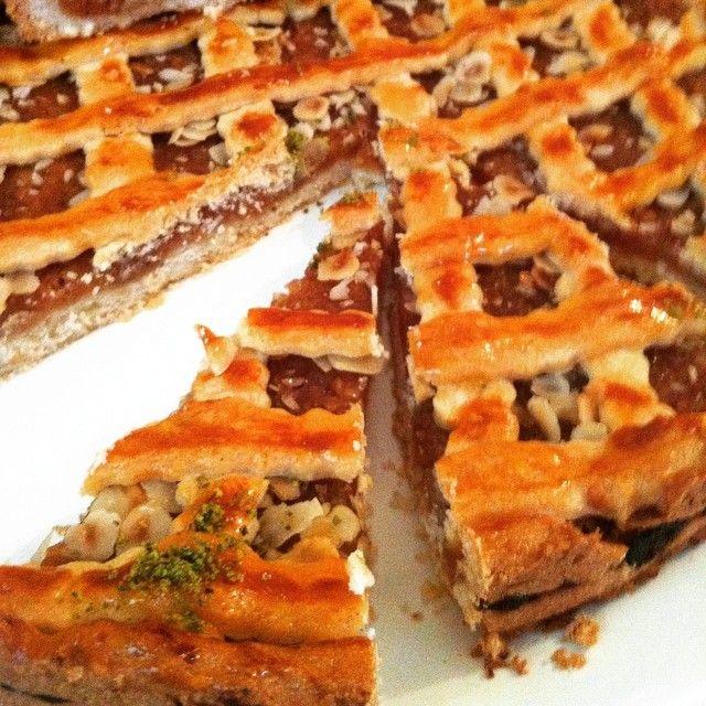 En güzel mutfak paylaşımları için kanalımıza abone olunuz. http://www.kadinika.com Mutlu pazarlarçayın yanında özellikle tatlı şeyler olunca çaydan alınan keyif katlanıyorpazar günü için elmalı tart hazırladımhamuru birkaç gün önceden hazırlanabiliyorince yayıp içindeki elmalı harca mutlaka mayhoş elma ekliyorumaslında üstüne sürdüğüm yumurta sarısı hiç gerekli değil sade halide çok nefis oluyor ama ben yumurta sarısıyla kızaran hamura kayısı marmelatının verdiği parlaklığı ve tadı…