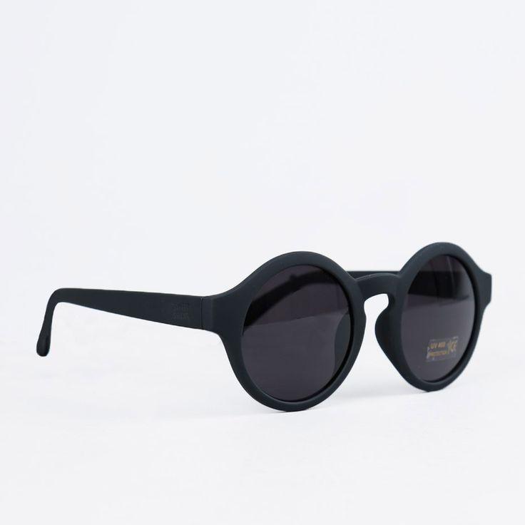 Solbriller fra SWEET SKTBS. - 100% UV400-beskyttelse.- Senilsnøre følger med. Materiale:Ramme: Plast.Linse: Plast.