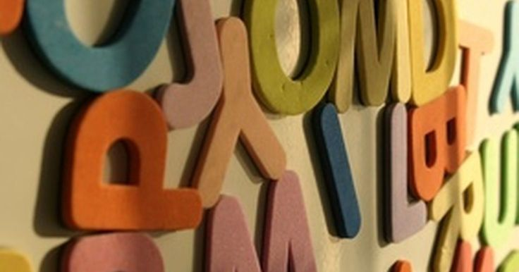 Cómo hacer letras recortadas para un cartel. Las letras recortadas pueden servir una variedad de funciones, como la enseñanza del alfabeto. Úsalas como plantillas para pintarlas y colocarlas en los carteles. Dáselas a los estudiantes o a tus hijos y haz que las coloreen antes de colocarlas en los carteles. Hay sitios web donde puedes comprar estas plantillas en una variedad de fuentes, o ...