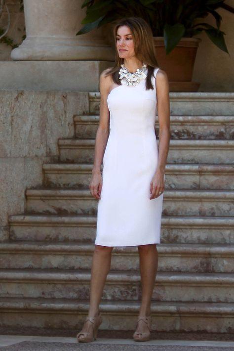 LITTLE WHITE DRESS La princesa, impecable con un vestido blanco sin mangas, a la rodilla y con escote-joya, de su modisto de cabecera, Felipe Varela. La imagen se produjo el verano de 2010 en Marivent, en una recepción a Michelle Obama, y se convirtió en uno de los looks más icónicos de Letizia.