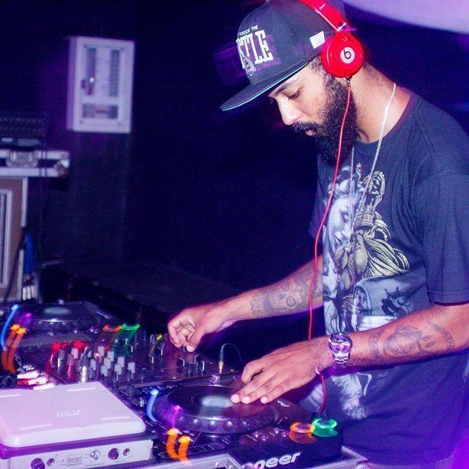 Risca!  #dj #djing #djlife #realdjs #live #hiphop #trap #party #night #nightlife #club #turntablism #cdj #cdj1000 #pionner #beats #ogabel #caylerandsons #tattoo #silvertooth #mcz #brasil #teamwysko #Terremoto #hypecrewbrasil by wysko http://ift.tt/1HNGVsC