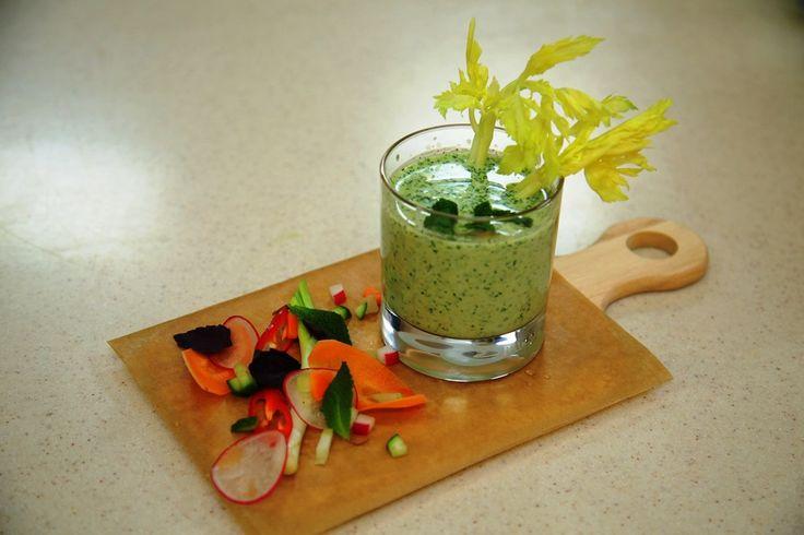 Нарежьте огурец и авокадо. Смешайте их с  укропом, петрушкой, мятой и тархуном. Добавьте рукколу,  мелко нарезанный зеленый лук , перец чили и чеснок. Введите натуральный йогурт, растительное масло и лед. Тщательно смешайте все ингредиенты с помощью блендера. Посолите и поперчите.