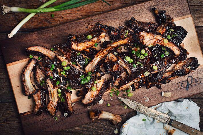 Inspirées de ma recette de pilons de poulet aux agrumes et d'une recette de porc de Bobby Flay, ces côtes levées sucrées style asiatique vous feront défini