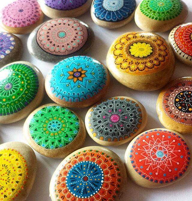 Mini mandale do ręki do kieszeni na szczęście na miłość na spokój na energię na wszystko Juz jutro do kupienia na Piastowskim Jarmarku w Cieszynie ☺ . #paintedstones #unicatella #kamienie #stones #maluje #kamieniemalowane #cieszyn #jutrojarmark #czerwony #niebieski #zielony #pomaranczowy #fioletowy #zolty #mandala #kamiennemandale #kamienneprzyciskidopapieru #domki